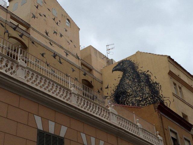 Es importante mirar hacia arriba para disfrutar del arte callejero de Málaga