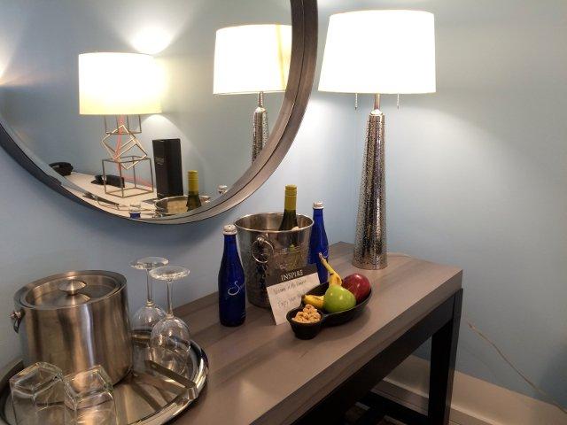 Fruta y vino que nos dejaron en la habitación del Hotel Palomar en Washington DC