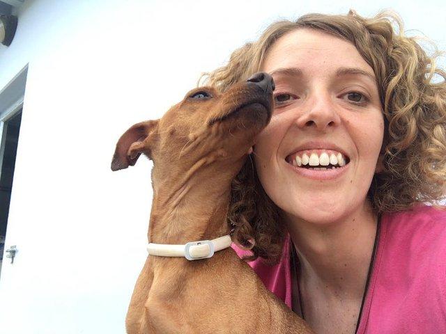 Dino saca un selfie con Laura en la Residencia Canina La Burra Lola