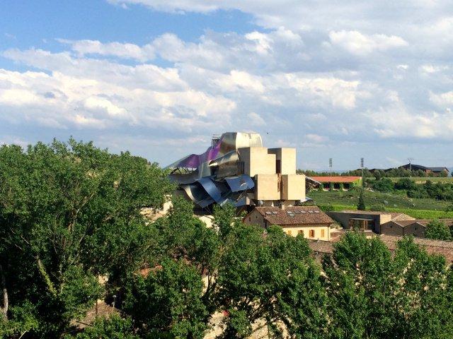 Vistas de Marqués de Riscal Hotel diseñado por Frank Gehry