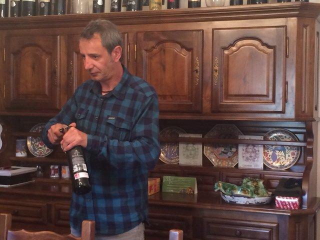 Probando vinos en Bodegas La Estraunza