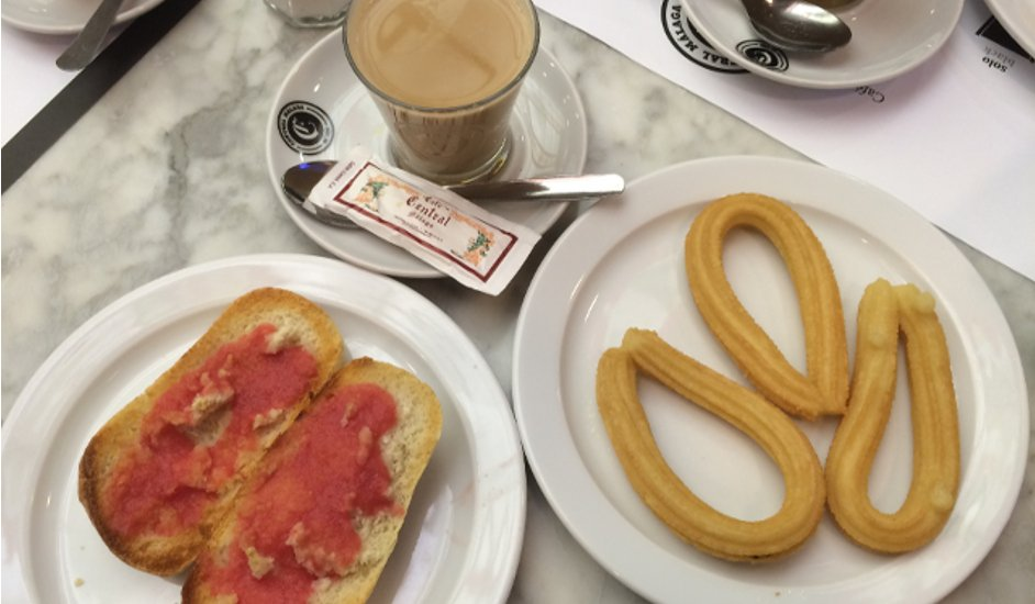 Desayuno en café central con Devour Malaga Food Tours