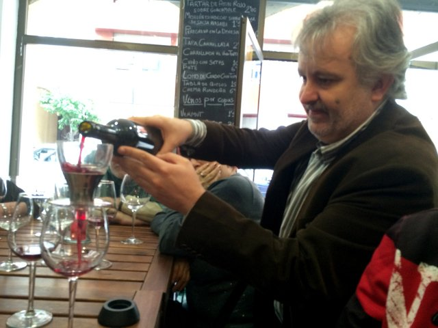 Nos ofrece vinos de Málaga en Devour Málaga Food Tour