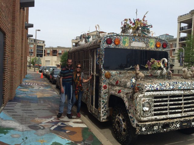 Pedro y Abby con autobus mosaico Museo de Arte Visionario Americano