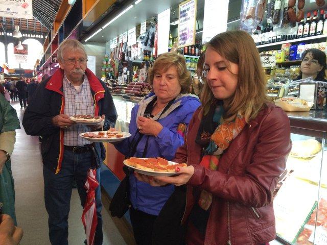 Susanne nos ofrece sobrasada en el Mercado Atarazanas