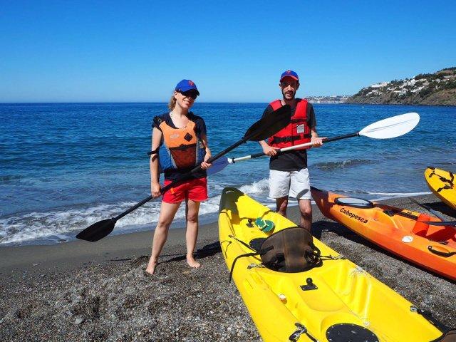 Preparados con los kayaks en Salobreña