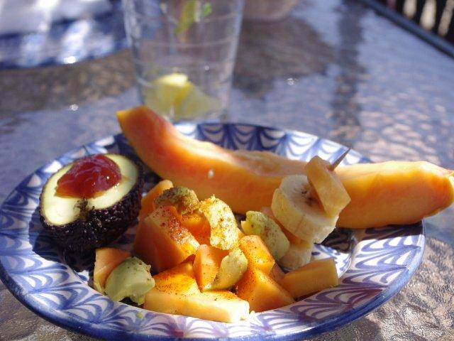 Probando fruta de la granja Matagallares en Salobreña