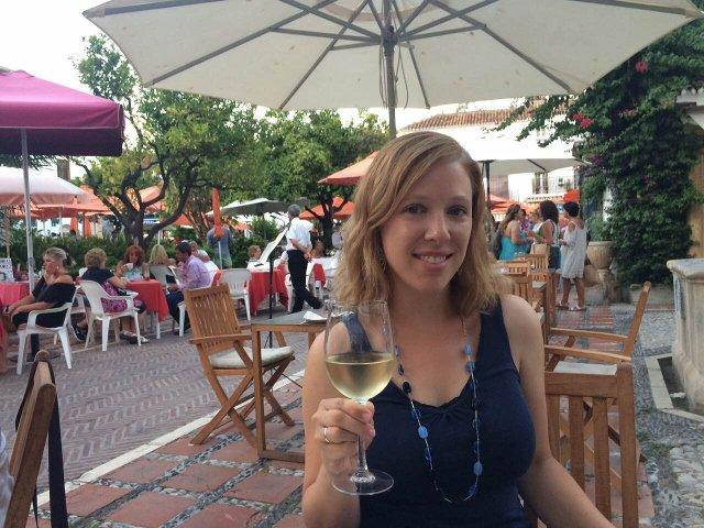 Abby disfrutando un vino blanco en el Restaurante Kava Marbella
