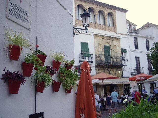 Los floreros en el patio del Restaurante Kava Marbella