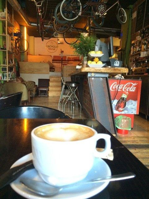 Tomando algo en el Recyclo Bike, un lugar hipster de Málaga