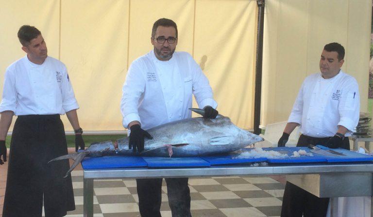 Chef Cob prepara el atún en Kempinski Hotel Bahía Estepona Ronqueo del Atún
