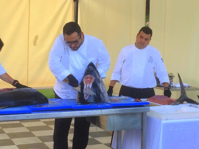 El chef Cob corta la cabeza del atún en el Kempinski Hotel Bahía Estepona durante el Ronqueo del Atún