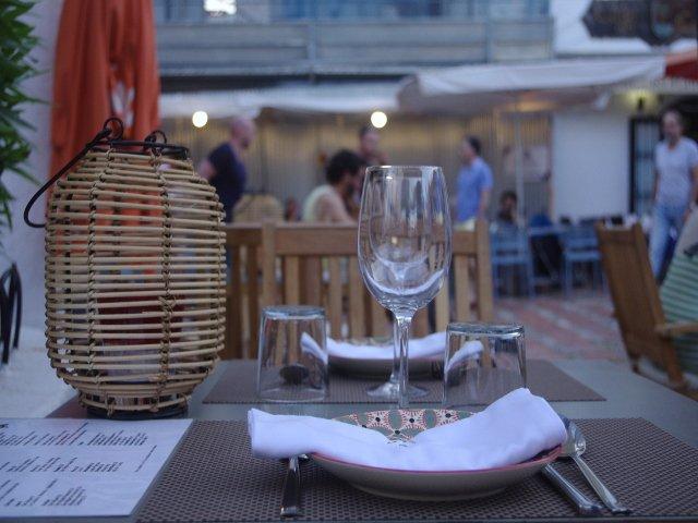 Disfrutando de una cena en un restaurante durante unas vacaciones en casa