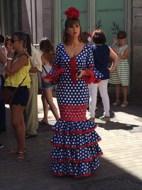 Chica vestida con traje de gitana en la feria de Málaga