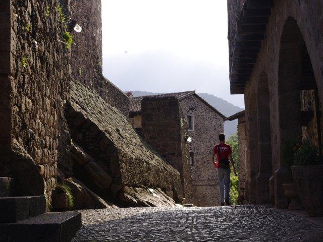 Pedro paseando con Dino en Santa Pau La Garrotxa