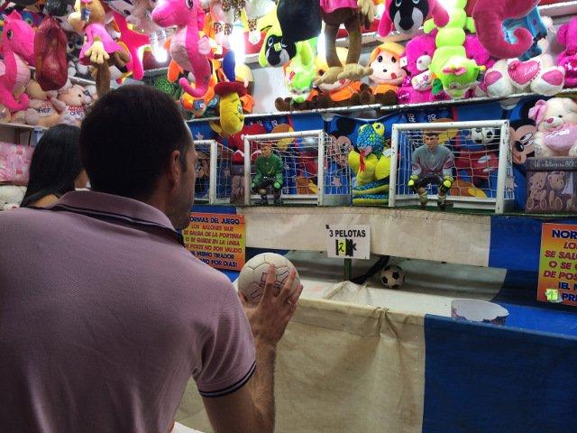 Pedro probando suerte en la Feria de Málaga