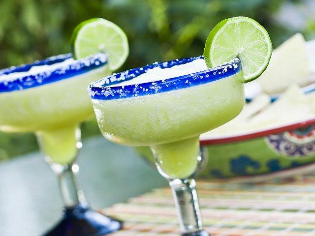 Bebiendo margaritas, típicas de México
