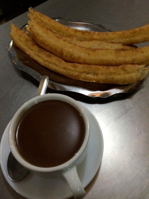 Comiendo churros y chocolate después de la Feria de Málaga