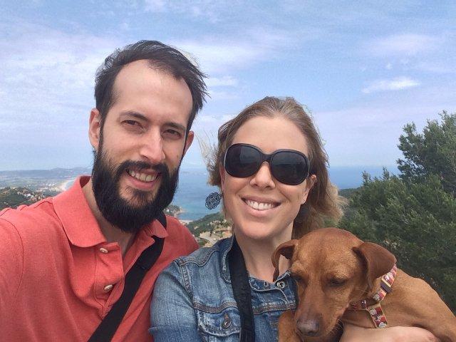 Pedro, Abby y Dino visitando el Castillo de Begur en la Costa Brava