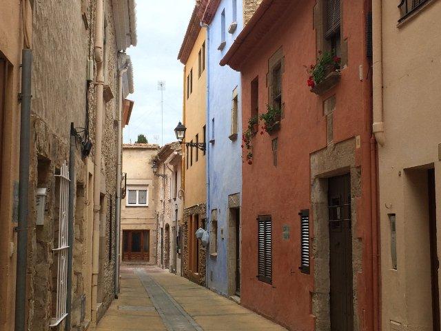 Casas coloniales y calles de Begur en la Costa Brava de Catalunya