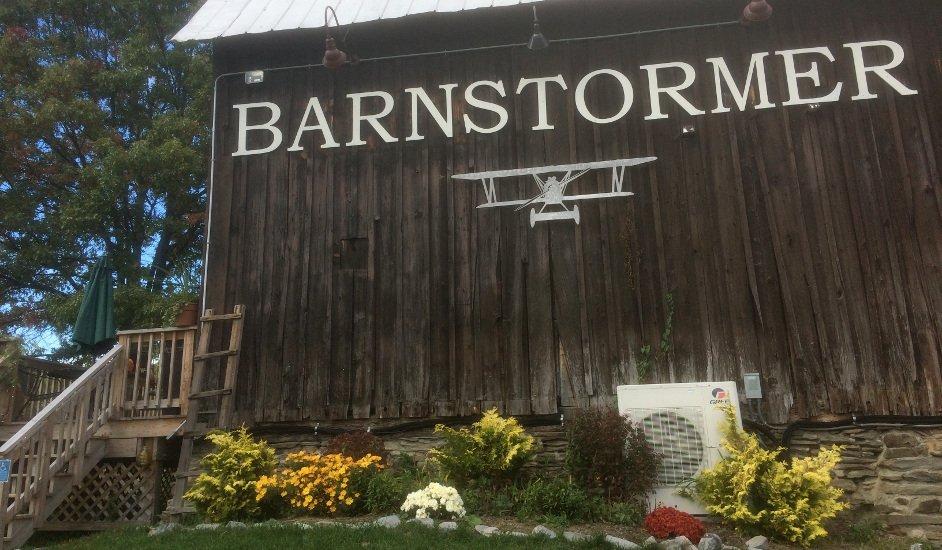 Exterior de Barnstormer Winery en los Lagos Finger