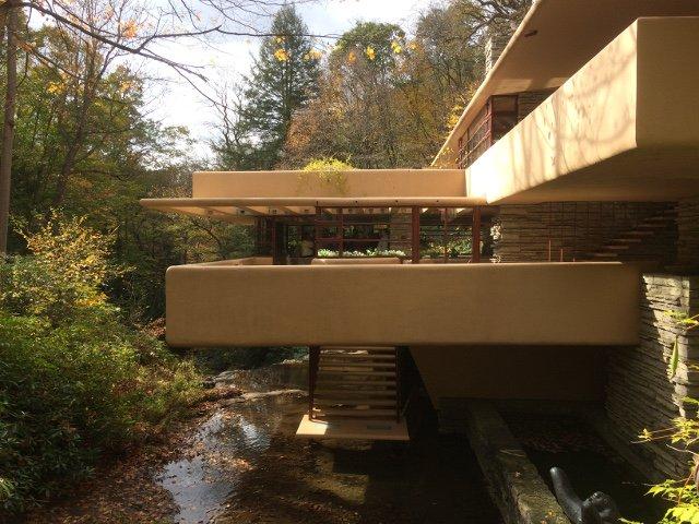 La Casa de la Cascada iluminada por el sol