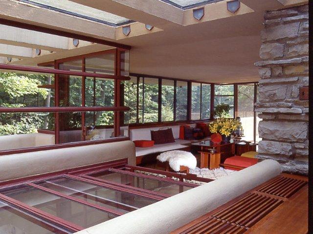 Mirando hacia el oeste y la terraza en La Casa de la Cascada, Pennsylvania