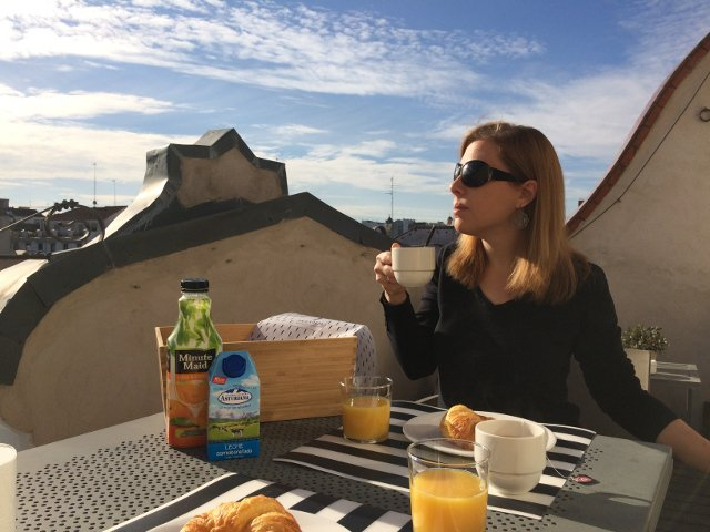 Abby desayunando en Eric Vökel Madrid Suites