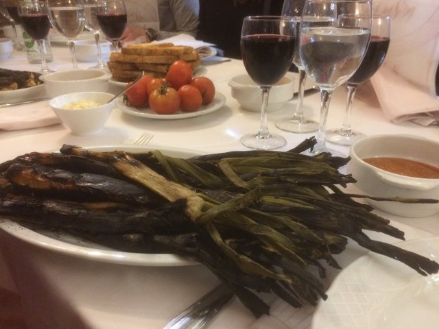 Calçots en el Catalan Countryside Day Trip con Devour Barcelona