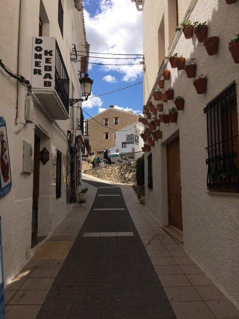 Subiendo la calle para llegar a Cases Noves en Guadalest