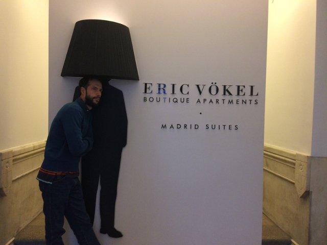 Pedro en la entrada de Eric Vökel Madrid Suites