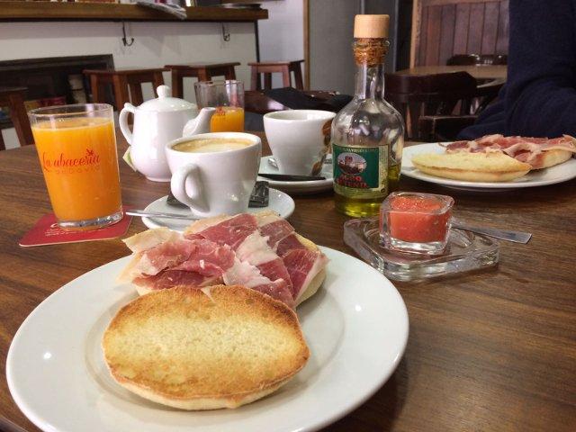 Desayuno andaluz en La Abacería de David