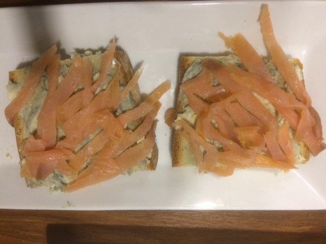 Tosta de salmón y queso azúl en La Abacería de David