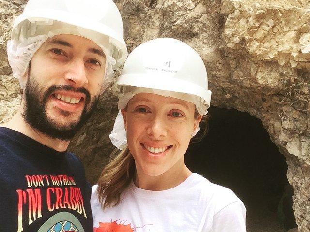Abby y Pedro visitando el Yacimiento de Atapuerca