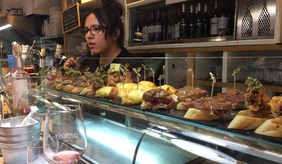 Pidiendo tapas en La Lorencita Calle San Lorenzo Burgos