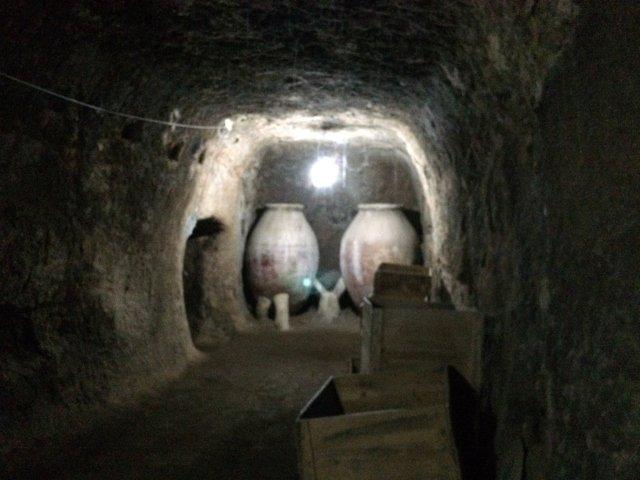 Entrando en una Cueva en la Ruta Mágica de Rutas de Toledo