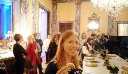 Abby catando un cannoli en la embajada de Italia