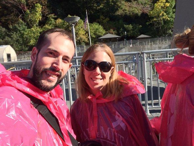 Pedro y Abby con los chubasqueros para ir en el barco a las Cataratas del Niágara