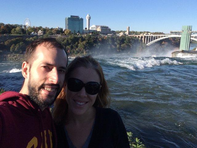 Pedro y Abby con las Cataratas de fondo