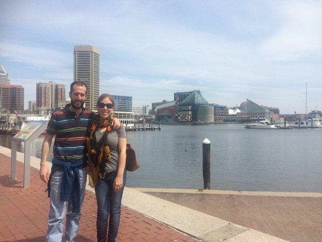 Pedro y Abby en el Inner Harbor de Baltimore
