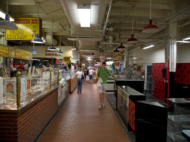 Interior de Cross Street Market en Baltimore