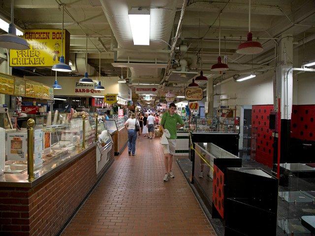Interior de Cross Street Market en Baltimore
