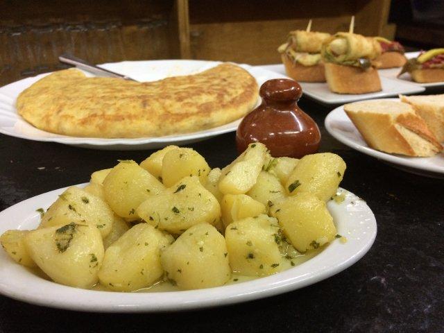 Ración de patatas al ajillo en San Sebastián