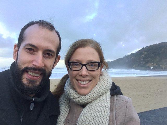 Pedro y Abby en la playa de San Sebastián