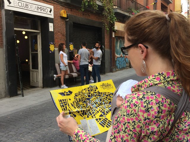 Abby con el mapa de los Artistas del Barrio en 2018