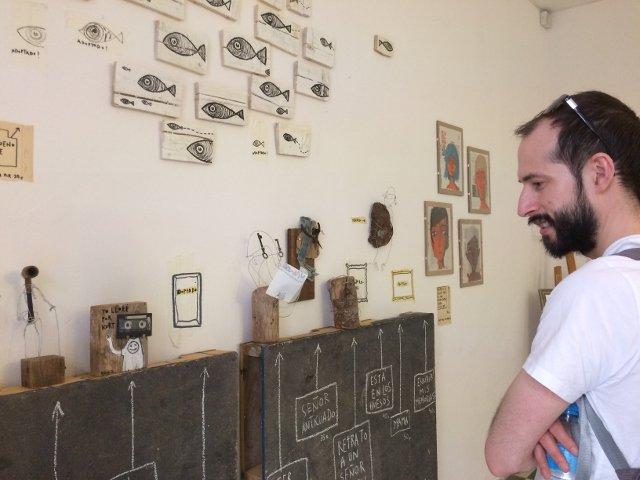 Pedro admirando la obra de Diego Ingold durante los Artistas del Barrio en 2018