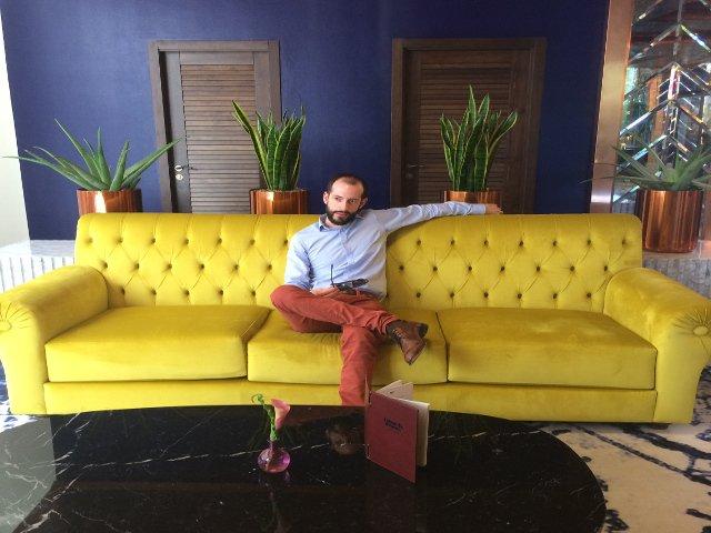 Pedro en el lobby del Kempinski Hotel Bahía Estepona