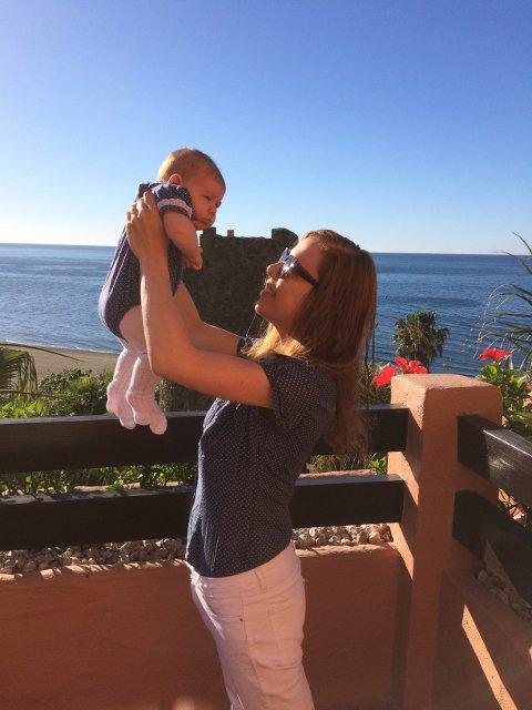 Abby y Paula en el balcón Kempinski Hotel Bahía Estepona