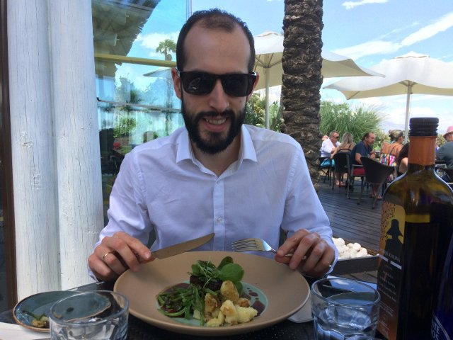 Pedro comiendo en el Spiler Beach Club en el Kempinski Hotel Bahía Estepona