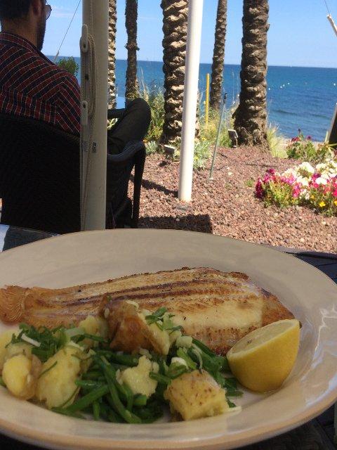 Comiendo pescado fresco al lado del mar en el Kempiski Hotel Bahía Estepona
